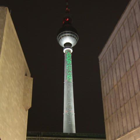 Greenpeace Schriftzug auf Berliner Fernsehturm