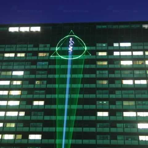 Das Symbol der Asklepios Klinik Hamburg projektiert
