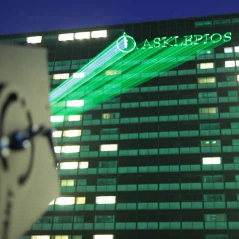 Der Name der Asklepios Klinik Hamburg projekziert