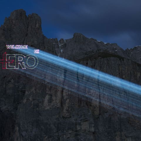 Laser-Logo-Projektion auf Felswand