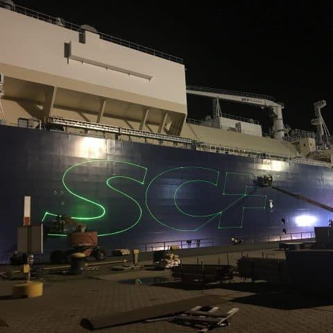 Laserbeschriftung eines Schiffes mit dem Firmenlogo