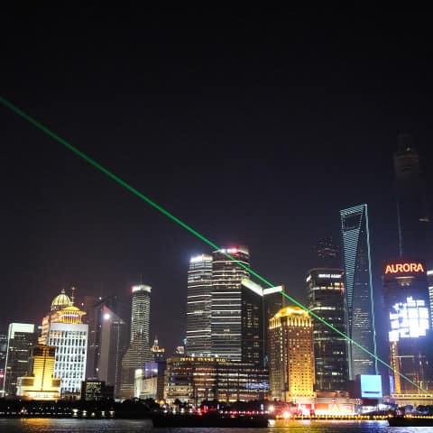 Laserbeam im Nachthimmel
