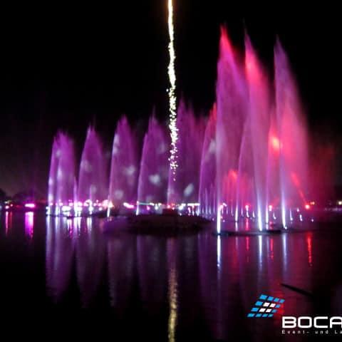 Wasserfontänen und Feuerwerk