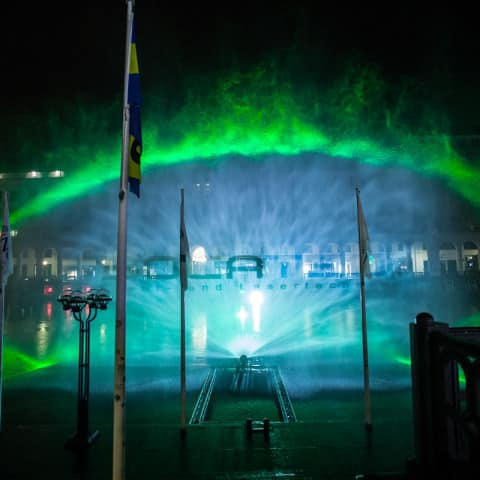 Laserprojektion auf Wasserschild