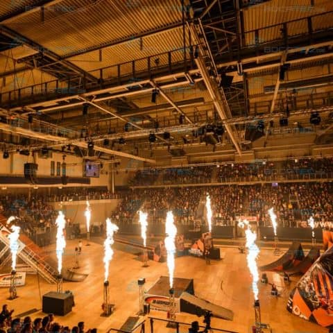Flammenwerfer in einer Halle