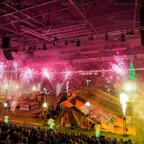 Pyroeffekte in einer Halle bei der Night of Freestyle