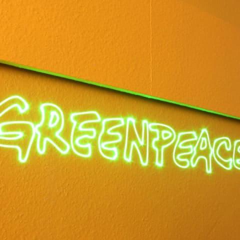 Greenpeace als Laserschriftzug