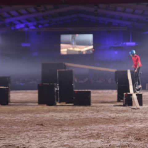 Lasershow wird in der Halle in Leer aufgebaut