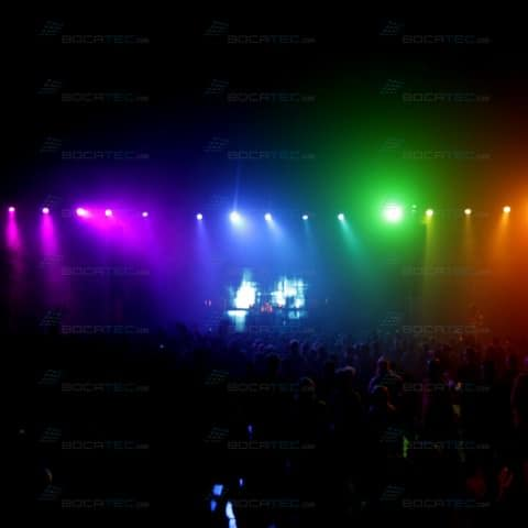 Bunte Moving-Heads färben die Feiernden.
