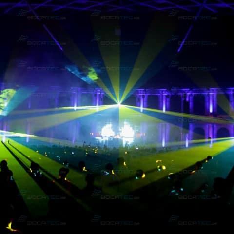 Blau-gelbe Laser beleuchten das Festival.