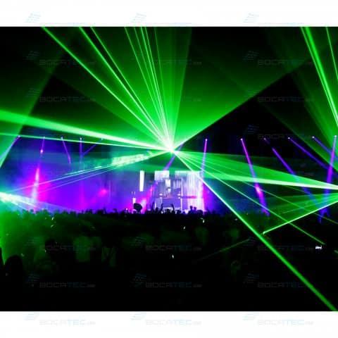 Grüne Laser schießen durch den Raum.