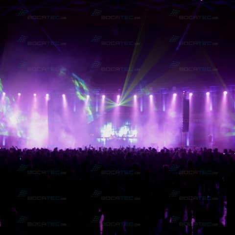 Viele lilafarbene Lichter beleuchten das Festival.