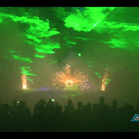 Grüne Laserstrahlen mit Feuerwerk