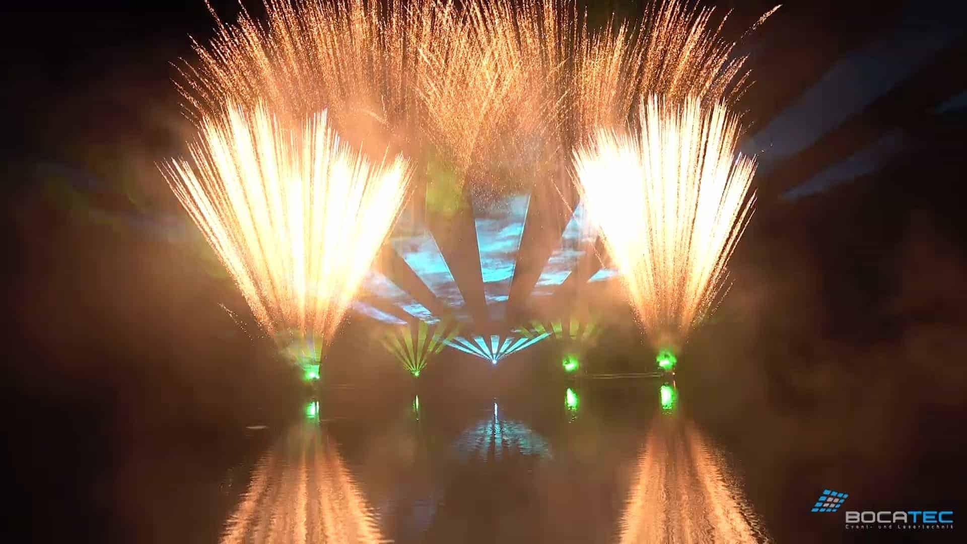 Feuerwerkshow über dem Wasser