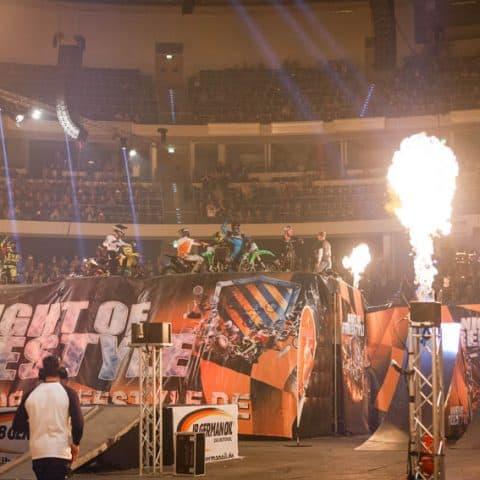 098_4751_lasershow für events mit pyrotechnik