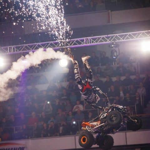 119_3918_lasershow für events mit pyrotechnik