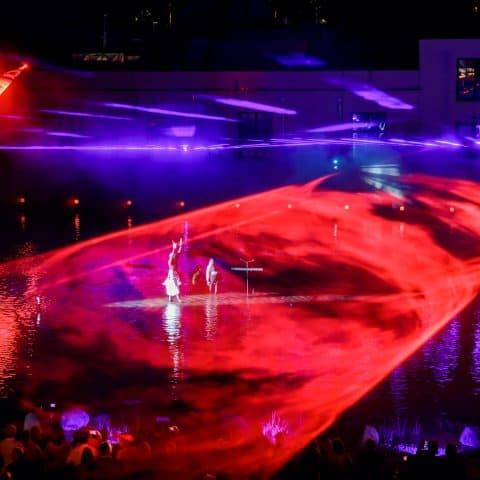 Die Lasershow unterstützt die Show