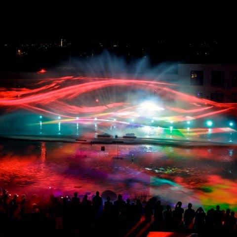 Lichtechnik trifft auf Wasserleinwand
