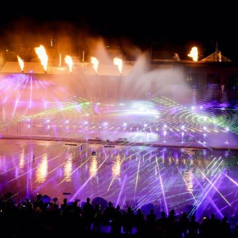 Lasershow trifft in Dresden auf Wasserwand