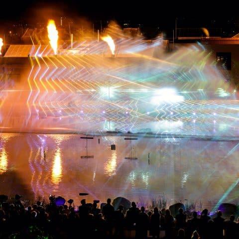 Laser beamer treffen auf die Wasserwand