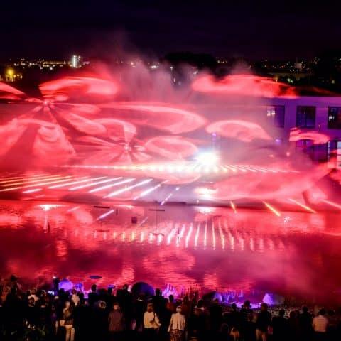 Rote Strahlen der Laserprojektoren erzeugen Stimmung