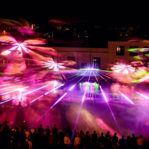 Die Lasershow erstrahlen über dem Wasser