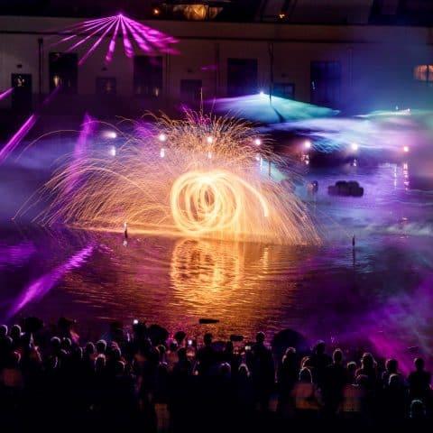 Pyroeffekte bringen die Strahlen der Projektoren auf den Höhepunkt