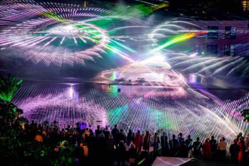 Die Wasserwand lässt die Lasershow strahlen