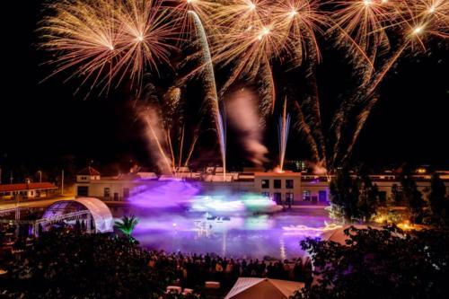 Das Feuerwerk erstrahlt über der Lasershow