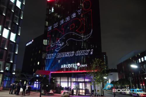 Firmenlogo mit Laser Beamer auf Gebäude