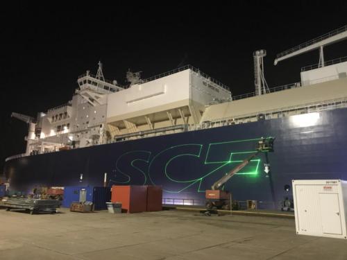Laser Beamer Projektion auf ein Schiff
