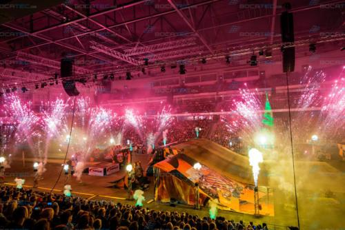Pyroeffekte in einer Halle bei der Night of Freestyle