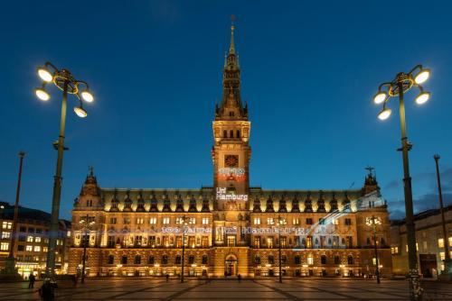 Hamburger Wahrzeichen gratulieren der Uni Hamburg